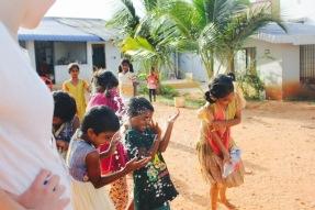 Jeu d'eau dans la cour du Shanti Children's Home