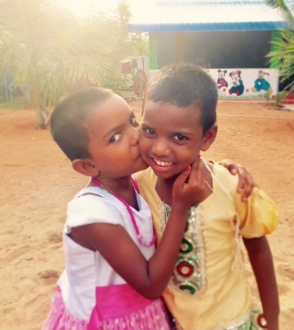 Vishnupriya et Meenakshi dans la cour du Shanti Children's Home