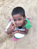 Rajapandieswari dans la cour du Shanti Children's Home
