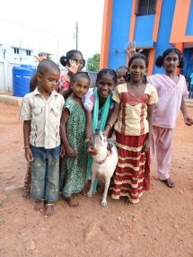 Avec une des mascottes du Shanti Children's Home