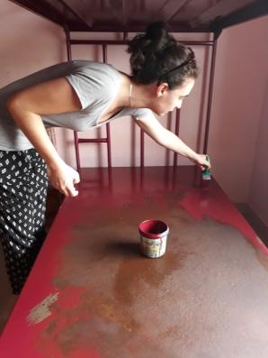 Un peu de peinture pour rafraîchir les lits des dortoirs