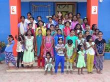 Les pensionnaires du Shanti Children's Home accompagnées de Nadia Python