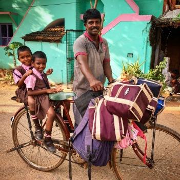 Retour de l'école, Vishnupriya, Meenakshi et le gardien du Shanti Children's Home