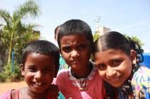Rajapandieswari, Nagavalli et Ramana dans la cour du Shanti Children's Home